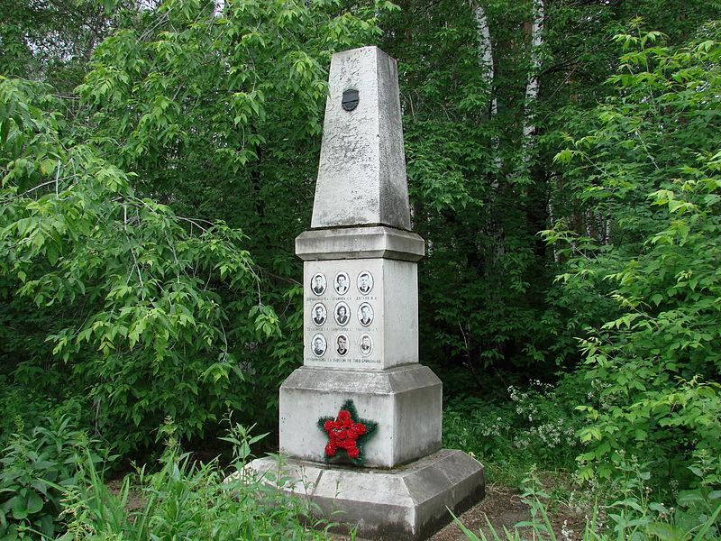 800px-Памятник_дятловцам_на_Михайловском_кладбище